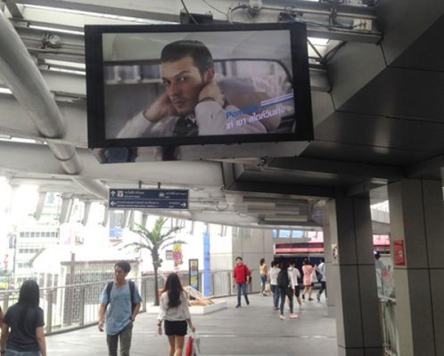 ป้าย LED นอกห้างเทอมินอลทางเดินเชื่อมสถานี BTSอโศก,MRTสุขุมวิท